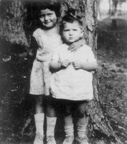 Hanna and her sister Sarah, before the war